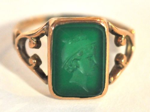 Chrysoprase Intaglio Ring | Period: c1935 | Make: Handmade | Material: 9ct Gold & Chrysoprase