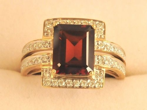 Garnet Ring | Period: New | Material: 9ct. gold and garnet