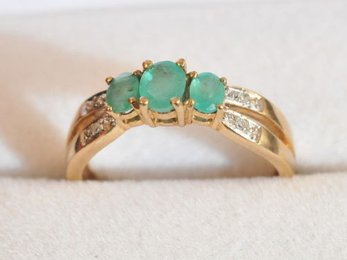 Emerald & Diamond Ring | Material: 9ct gold, emerald and diamond